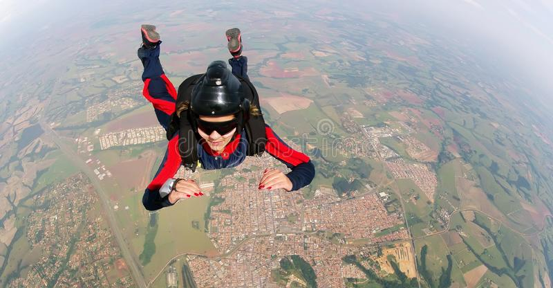 Уполномочиванная женщина скача от парашюта стоковые фото