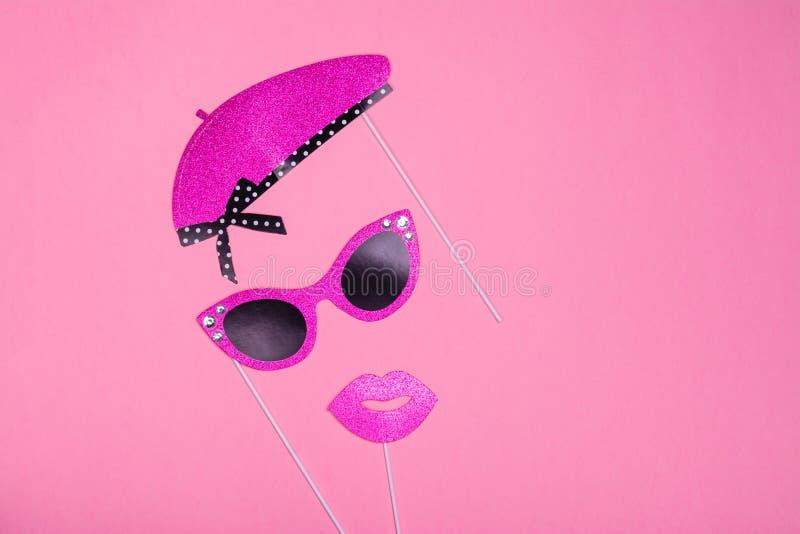 Упорки будочки фото красочные на день валентинок party - Эйфелева башня, губы, усик, стекла и пузырь слова стоковое изображение rf