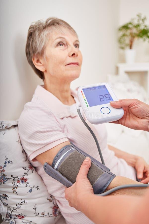 Управление кровяного давления для женщины стоковые изображения