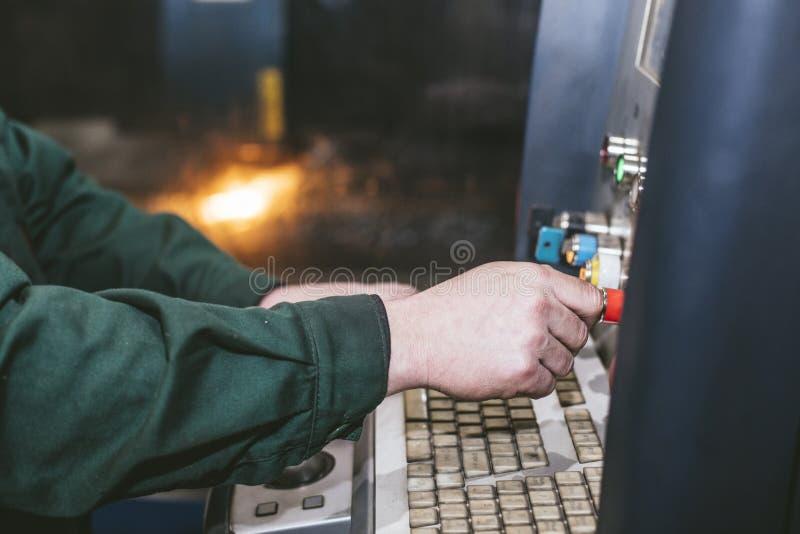 Управление оборудования лазера и производство завода metal structu стоковая фотография rf