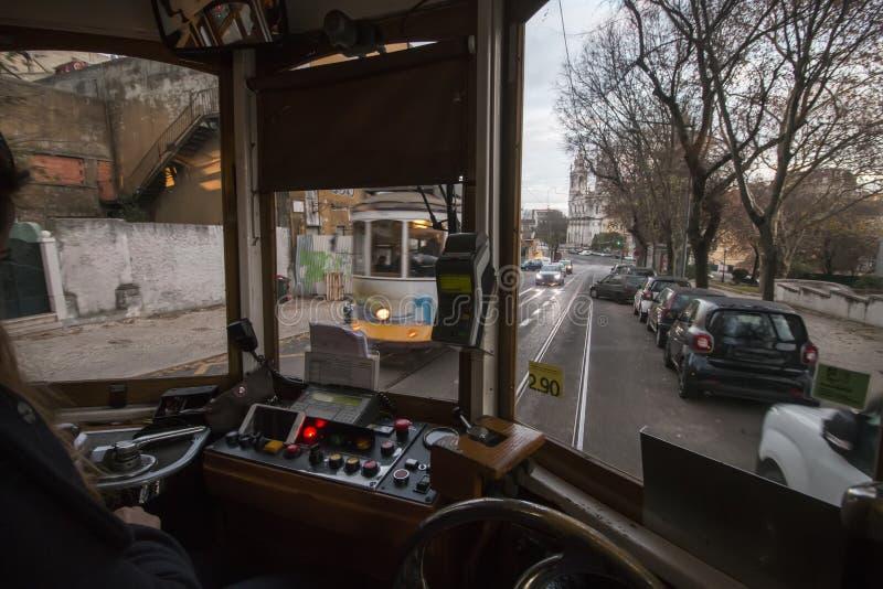 Управления водителя исторического желтого трамвая стоковое фото rf