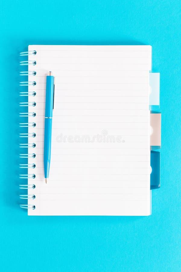 Управляемые канцелярские принадлежности офиса и школы тетради белые и голубые стоковое фото rf