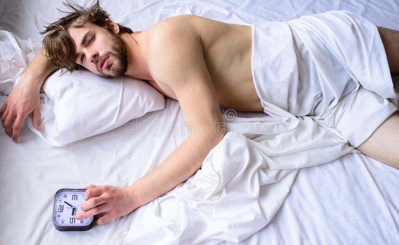 Управляйте правильными подсказками режима Самая грубая часть выходить утра просто кровати Сон Гая пропустил звенеть будильника стоковое изображение rf