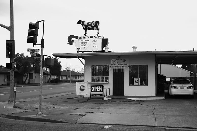 Управляйте через ночной магазин молокозавода старомодный скоростной стоковое изображение rf