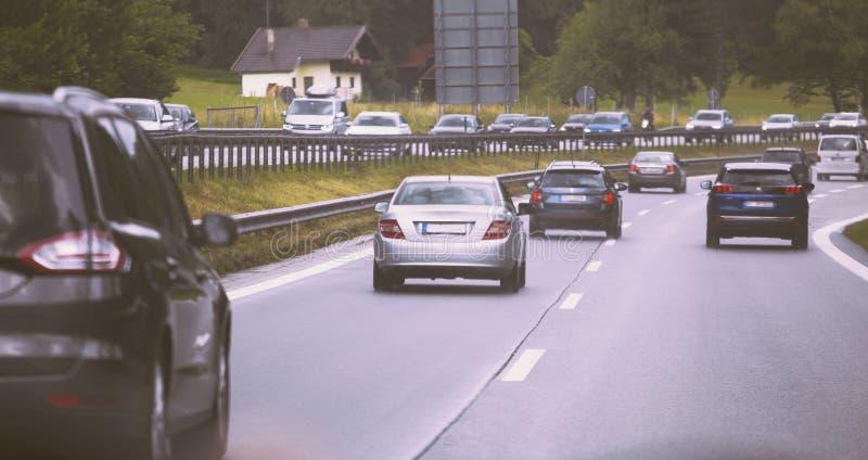 Управлять автомобилей на шоссе в заторе движения стоковое фото rf