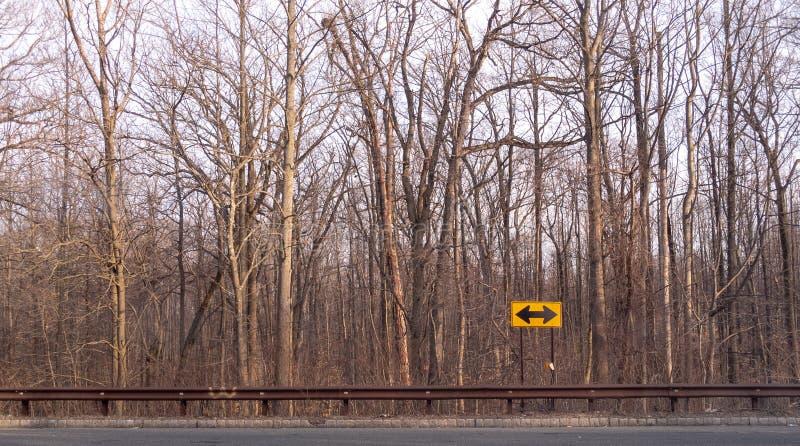 Управлять до вилки в дороге где вам нужно сделать решение о каком пути, который нужно принять e иллюстрация штока