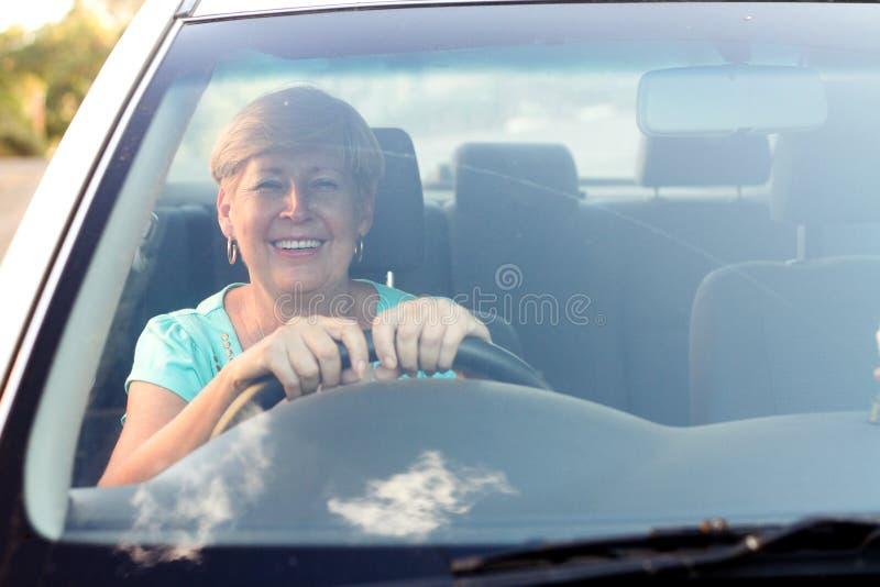 управлять старшей женщиной стоковые изображения rf
