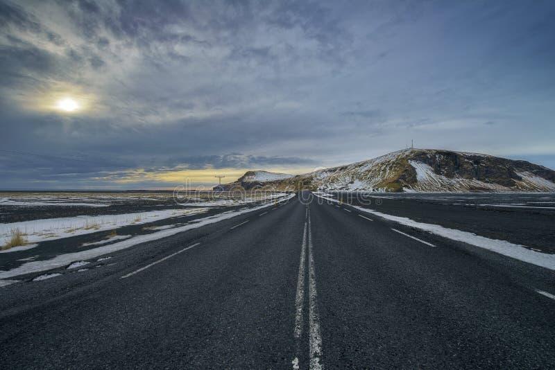 Управлять через Исландию с пустым шоссе стоковая фотография rf
