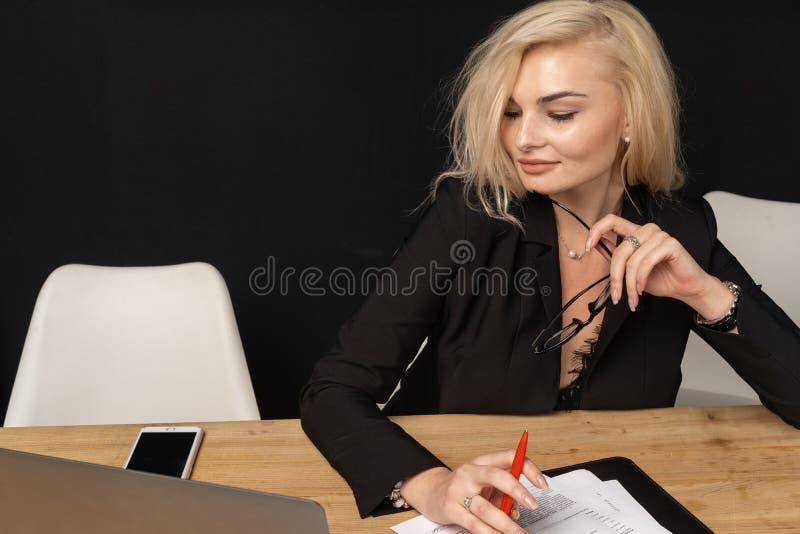 Управляющий директор красивой белокурой женщины дамы дела умный стоковая фотография