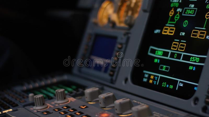 Управляющий элемент автопилота авиалайнера Панель переключателей на кабине экипажа воздушных судн Рычаги тяги близнеца engined стоковое фото
