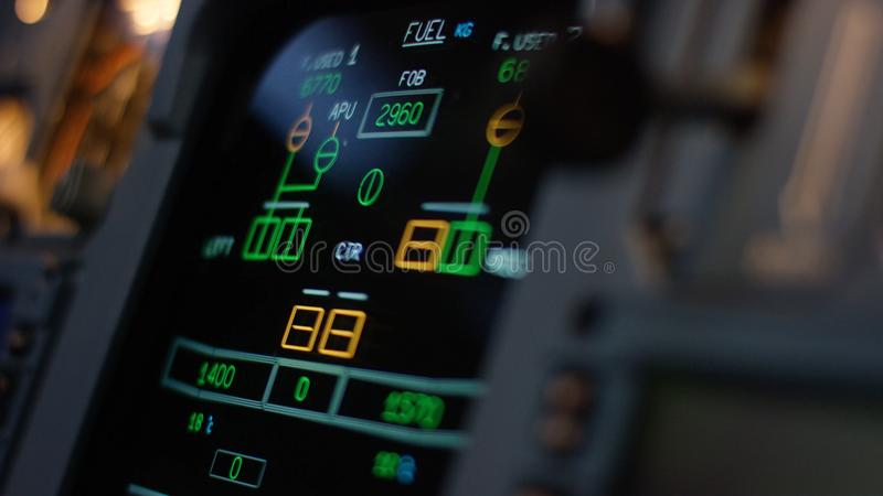 Управляющий элемент автопилота авиалайнера Панель переключателей на кабине экипажа воздушных судн Рычаги тяги близнеца engined стоковые изображения rf