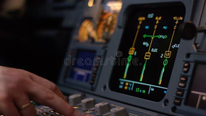 Управляющий элемент автопилота авиалайнера Панель переключателей на кабине экипажа воздушных судн Рычаги тяги близнеца engined стоковые изображения
