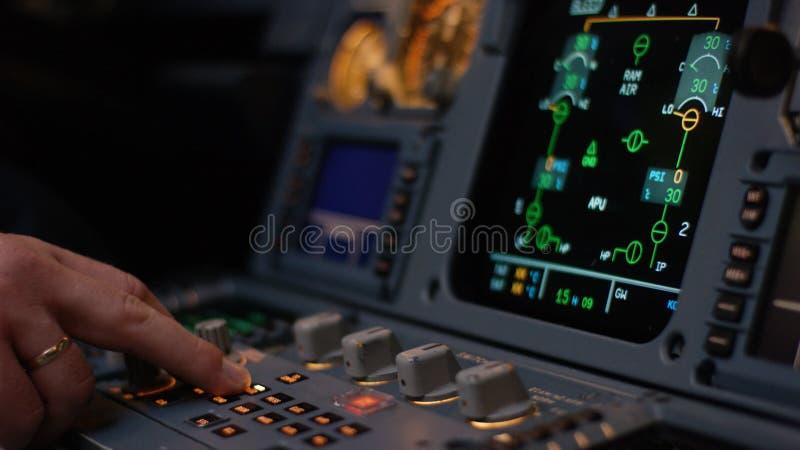Управляющий элемент автопилота авиалайнера Панель переключателей на кабине экипажа воздушных судн Рычаги тяги близнеца engined стоковое изображение rf