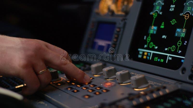Управляющий элемент автопилота авиалайнера Панель переключателей на кабине экипажа воздушных судн Рычаги тяги близнеца engined стоковая фотография rf