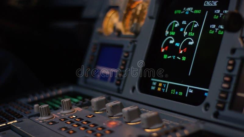 Управляющий элемент автопилота авиалайнера Панель переключателей на кабине экипажа воздушных судн Рычаги тяги близнеца engined стоковые фотографии rf