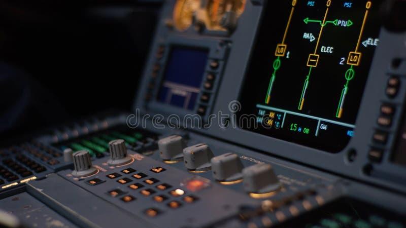 Управляющий элемент автопилота авиалайнера Панель переключателей на кабине экипажа воздушных судн Рычаги тяги близнеца engined стоковое фото rf