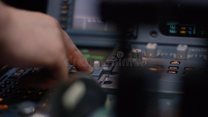 Управляющий элемент автопилота авиалайнера Панель переключателей на кабине экипажа воздушных судн Рычаги тяги близнеца engined стоковая фотография