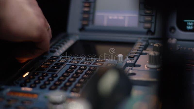 Управляющий элемент автопилота авиалайнера Панель переключателей на кабине экипажа воздушных судн Рычаги тяги близнеца engined стоковые фото
