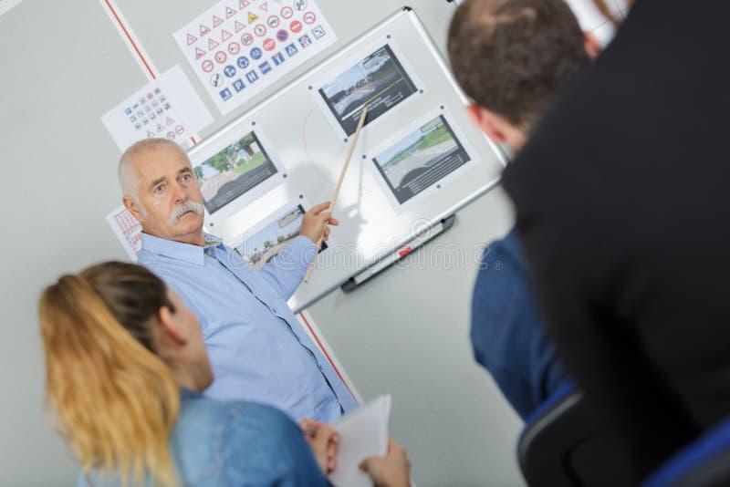 Управляя школа - инструктор по вождению в классе стоковое изображение rf