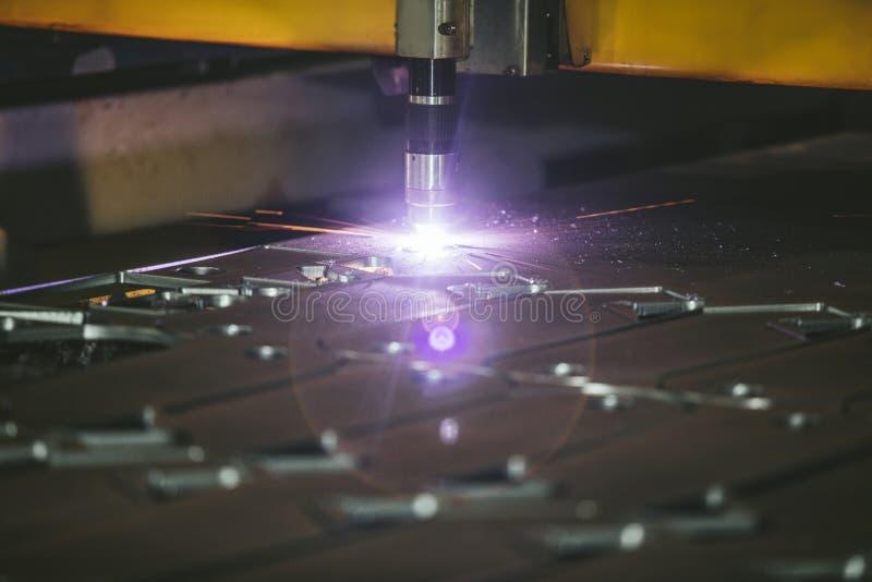 Управление оборудования лазера и производство завода metal structu стоковые изображения rf
