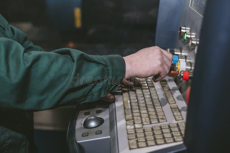 Управление оборудования лазера и производство завода metal structu стоковое фото