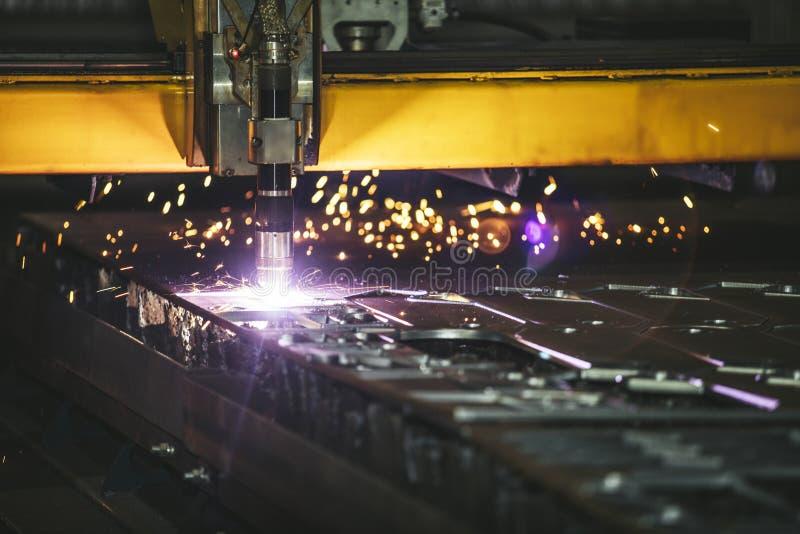 Управление оборудования лазера и производство завода metal structu стоковые изображения