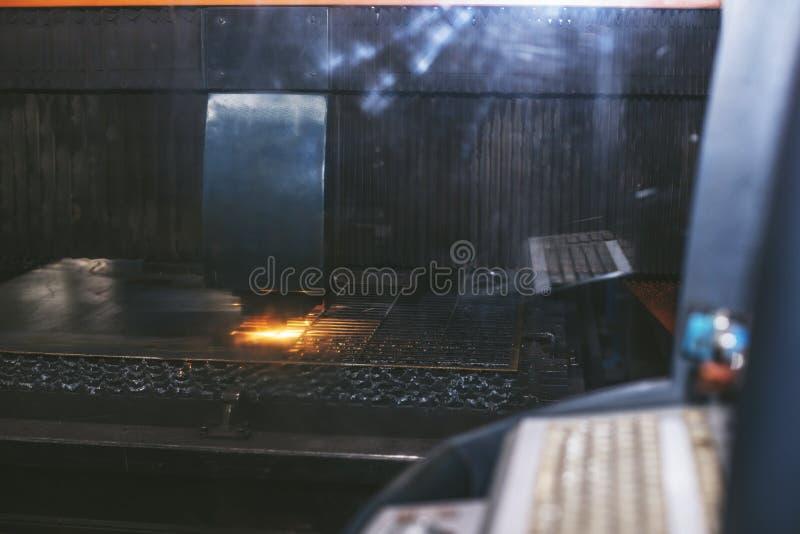 Управление оборудования лазера и производство завода metal structu стоковое изображение rf