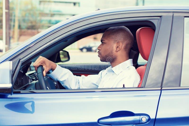 управлять автомобиля его детеныши человека новые стоковая фотография