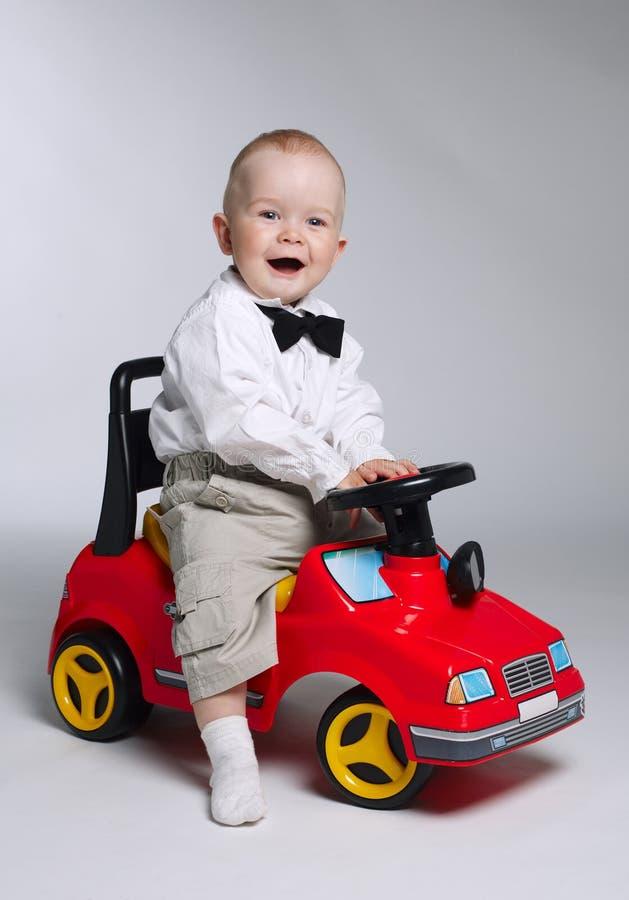 управлять автомобиля мальчика меньшяя игрушка стоковые изображения rf