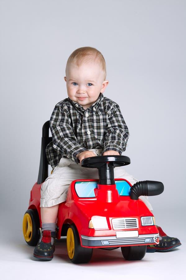 управлять автомобиля мальчика меньшяя игрушка стоковая фотография