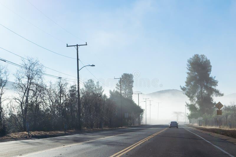 Управлять вниз с туманного шоссе в парке штата заводи Malibu стоковые фотографии rf