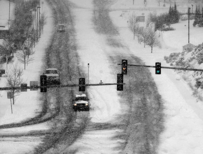 Управлять в строгих светофорах шторма снега стоковая фотография rf