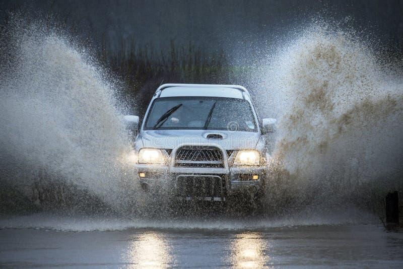 Управлять на затопленной проселочной дороге стоковое изображение