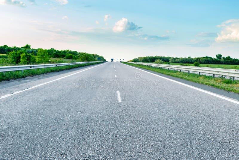 Управлять на пустой дороге асфальта через аграрные поля стоковое изображение rf