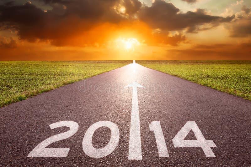 Download Управлять на пустой дороге к заходящему солнцу 2014 года Стоковое Изображение - изображение насчитывающей поле, линия: 33737351