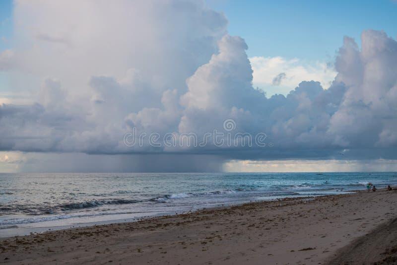 Ураган над пляжем океана причаливая стоковое фото rf