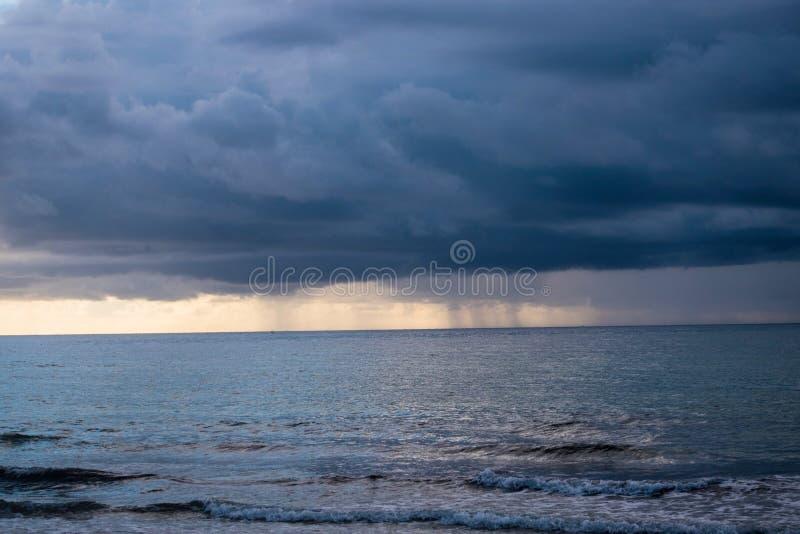 Ураган над пляжем океана причаливая стоковое изображение rf
