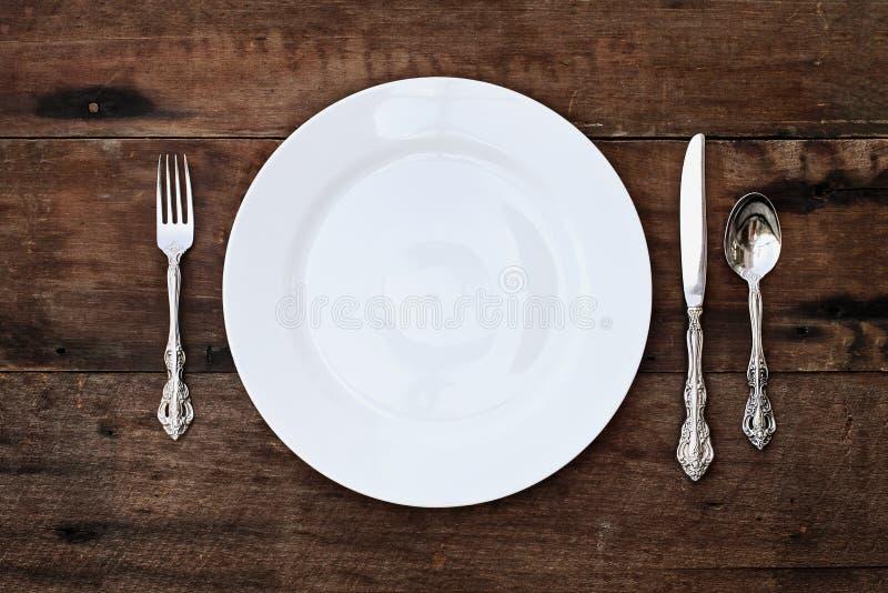 Урегулирование места обедая комплекта над деревенской предпосылкой стоковое изображение rf