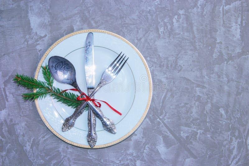 Урегулирование места таблицы рождества с ветвью ели и красной лентой Предпосылка праздников иллюстрация штока