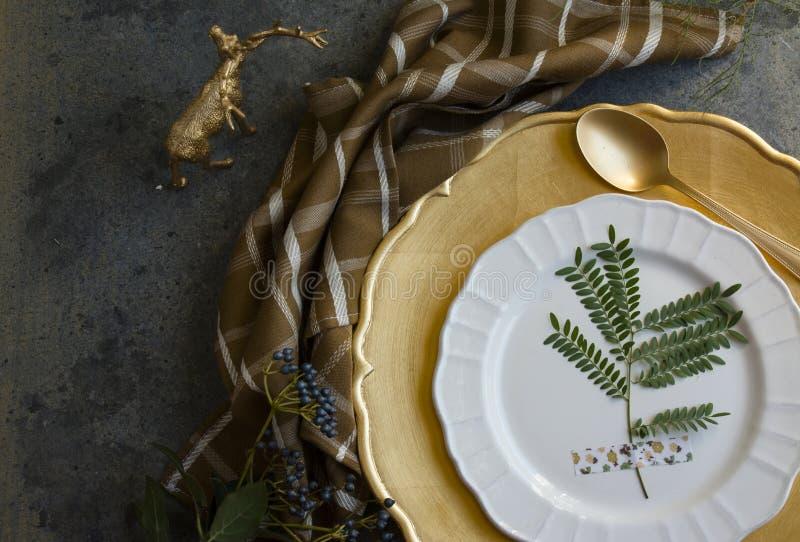 Урегулирование места золота праздника, шотландка салфетки коричневая стоковые фото