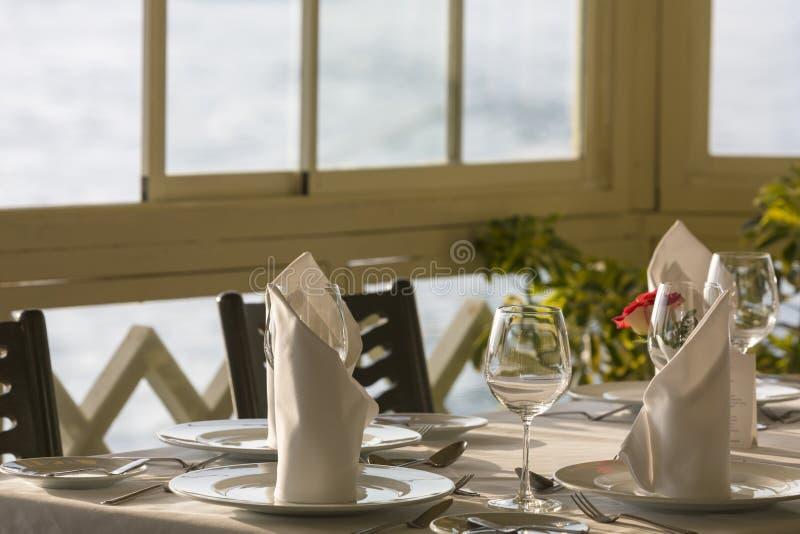 Урегулирование места обеденного стола прекрасные ресторана: салфетка & рюмка, стоковые изображения