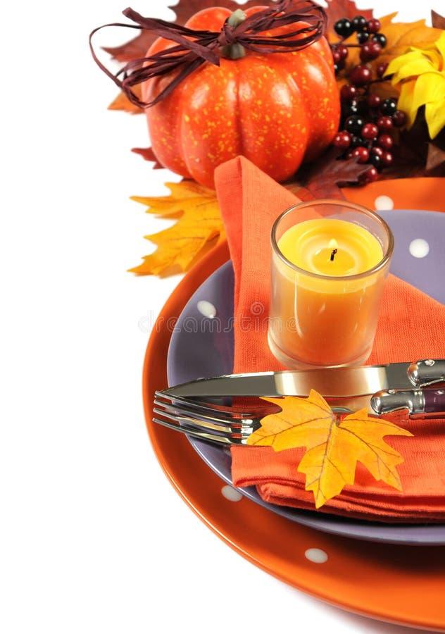 Урегулирование места таблицы счастливой партии хеллоуина или благодарения с оранжевой и фиолетовой темой - вертикалью стоковые изображения rf