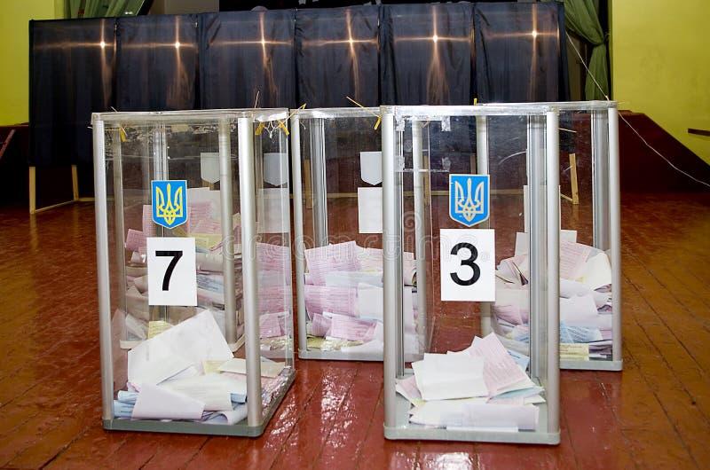 Урна для избирательных бюллетеней для голосуя избирателей в национальных политических избраниях в Украине Избирательный участок стоковые фото