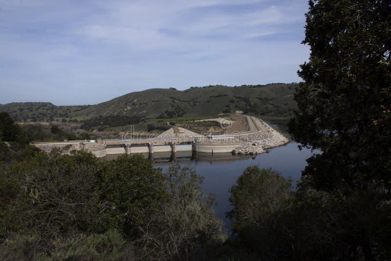 Уровень воды на запруде Bradbury в Santa Barbara County стоковые фотографии rf