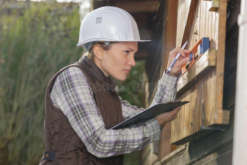 Уровень духа чтения плотника стоковое изображение