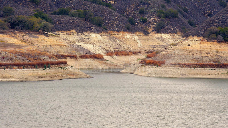 Уровни отлива на озере Cachuma должном к строгой Калифорнии Drough стоковое фото
