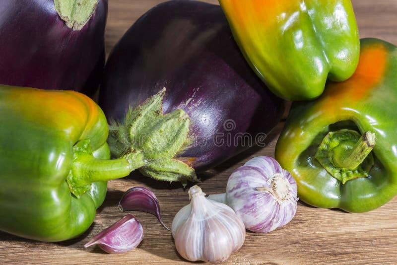 урожай овощи, рацион сырой пищи, ассортимент продуктов питания, различные свежие овощи, эгплан, зеленый перцовый чеснок стоковые фотографии rf