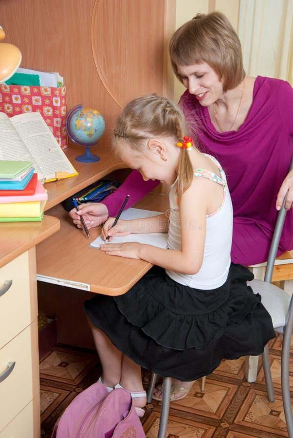 уроки девушки делают стоковое фото rf