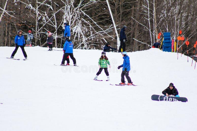 Уроки катания на лыжах стоковое фото rf