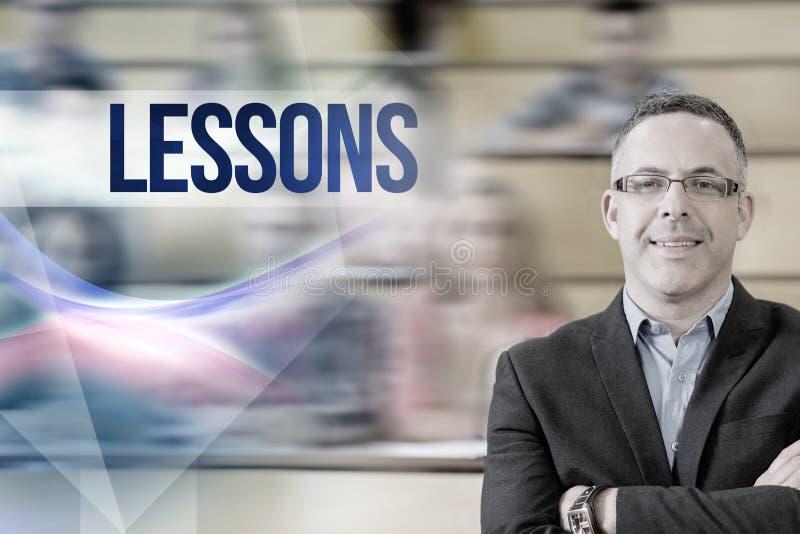 Уроки против элегантного учителя при студенты сидя на лекционном зале стоковое изображение
